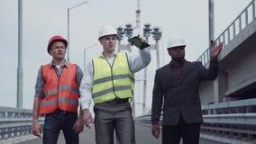 Инженеры по строительству и монтажу идя на пандус шоссе Стоковое Фото