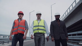 Инженеры по строительству и монтажу идя на пандус шоссе Стоковые Изображения RF