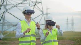 Инженеры работают с увеличенной реальностью используя стекла виртуальной реальности 3D Женские и мужские работы инженера со стекл акции видеоматериалы