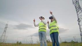 Инженеры работают с увеличенной реальностью используя стекла виртуальной реальности 3D Женские и мужские работы инженера со стекл видеоматериал