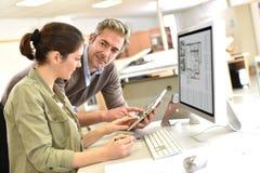 Инженеры работая с таблеткой и настольным компьютером на офисе Стоковые Фотографии RF