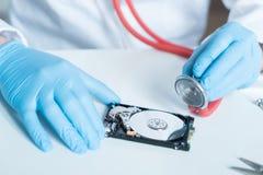 Инженер лаборатории работая на сломленном жёстком диске Стоковые Фотографии RF
