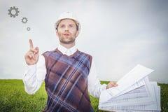 Инженер архитектора в белых шлеме и чертеже думает о хорошей идее дома здания проекта Стоковое Изображение
