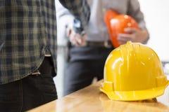 Инженер архитектора тряся руки около окна - teamwo дела Стоковая Фотография