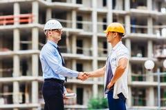 Инженер архитектора тряся руки другая рука на строительной площадке Сыгранность дела, сотрудничество, collaboratio успеха Стоковые Изображения
