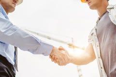 Инженер архитектора тряся руки другая рука на строительной площадке Сыгранность дела, сотрудничество, collaboratio успеха Стоковые Фотографии RF