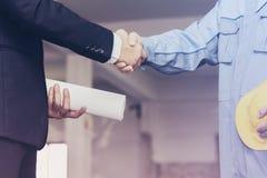 Инженер архитектора тряся руки с бизнесменом на месте Стоковое Фото