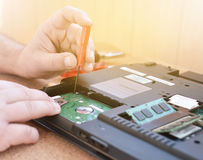 Инженер восстанавливает ПК компьтер-книжки Устанавливать оборудование жесткого диска, RAM Электронная ремонтная мастерская, ренов Стоковое Фото