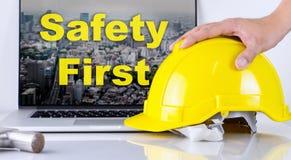 Инженер выбирает вверх шлем безопасности для безопасность прежде всего Стоковая Фотография