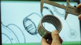 Инженер выбирает подшипник согласно чертежу сток-видео