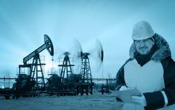 Инженер в месторождении нефти Стоковые Изображения