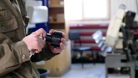 Инженер в фабрике с подмастерьем проверяет компонентное качество сток-видео