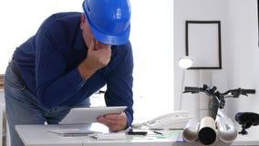 Инженер делает вычисление и доступ техническая информация используя планшет касания видеоматериал