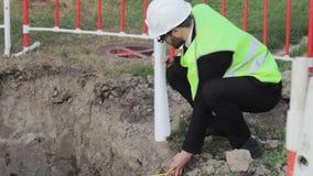 Инженер делает процесс специалисту по управлением геодезии измеренияй видеоматериал