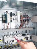 Инженер делает обслуживание автоматизации сети силы Стоковые Фото