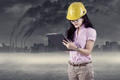 Инженер делая обзор окружающей среды Стоковое фото RF