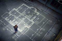 Инженер женщины думая над его планом Мультимедиа стоковые фото