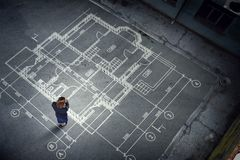 Инженер женщины думая над его планом Мультимедиа стоковое фото rf