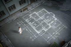 Инженер женщины думая над его планом Мультимедиа стоковая фотография rf