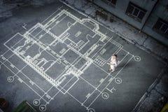 Инженер женщины думая над его планом Мультимедиа стоковое изображение rf