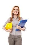 Инженер женщины держа план строительства и шлем Стоковая Фотография