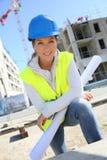Инженер женщины работая на строительной площадке Стоковые Изображения RF