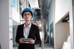 Инженер женщины со светокопии стоковые фотографии rf