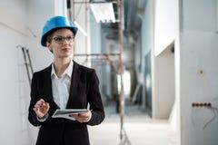 Инженер женщины со светокопии стоковые изображения rf