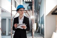 Инженер женщины со светокопии стоковое фото rf