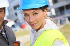Инженер женщины с сотрудником на строительной площадке Стоковая Фотография RF