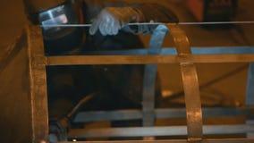 Инженер заварки завершает скелет клетки сварки видеоматериал