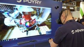 Инженер использует виртуальный AR для того чтобы сымитировать промышленный космос сток-видео