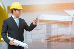 Инженер используя smartphones для того чтобы связывать Стоковая Фотография