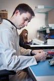 Инженер испытывая агрегат монтажной платы Стоковое Фото
