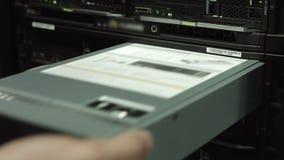 Инженер ИТ заменяет жесткий диск в САН видеоматериал