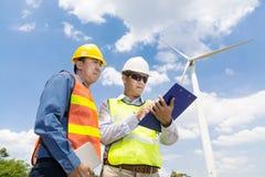 Инженер и архитектор работая на генераторе энергии ветротурбины Стоковое Изображение RF