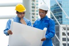 2 инженер или архитектор обсуждают Стоковая Фотография RF