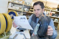 Инженер-механик проверяя технические чертежи стоковые фотографии rf