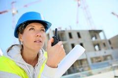 Инженер молодой женщины работая на строительной площадке Стоковые Фотографии RF