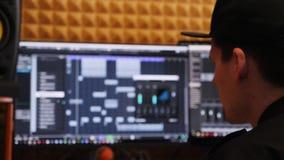 Инженер музыки смешивая и управляя студию звукозаписи музыки дома Производитель смотря экран с выравнивателями и компрессорами вн акции видеоматериалы