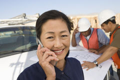 Инженер на звонке и людях на работе Стоковое фото RF