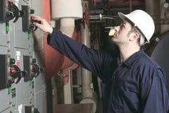 Инженер обслуживания проверяя технические данные  стоковое изображение rf