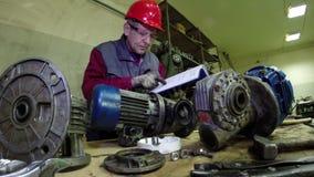 Инженер обслуживания проверяя технические данные видеоматериал