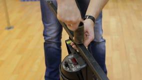 Инженер освещения ремонтирует светлый прибор на этапе Конец-вверх сток-видео