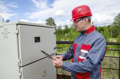 Инженер построителя электрика проверяя данные Стоковая Фотография RF