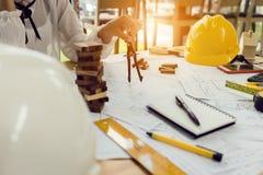 Инженер по строительству и монтажу архитектора на трудном проекте Стоковое Изображение RF
