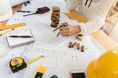 Инженер по строительству и монтажу архитектора на трудном проекте Стоковое Фото
