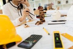 Инженер по строительству и монтажу архитектора на трудном проекте Стоковые Фотографии RF