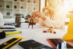 Инженер по строительству и монтажу архитектора на трудном проекте Стоковые Изображения