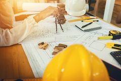Инженер по строительству и монтажу архитектора на трудном проекте Стоковые Изображения RF